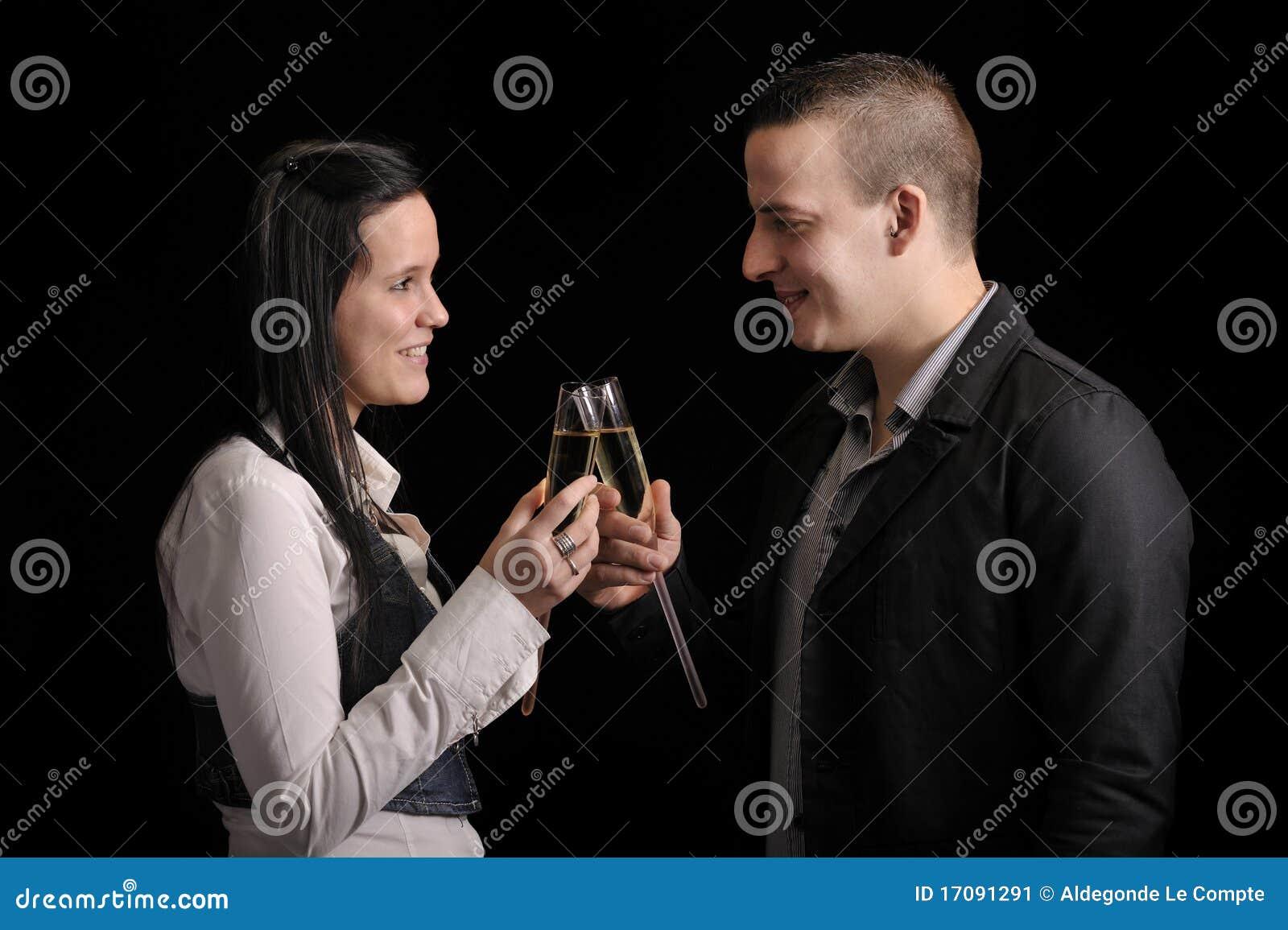 Glückliche junge Paare, die etwas trinken