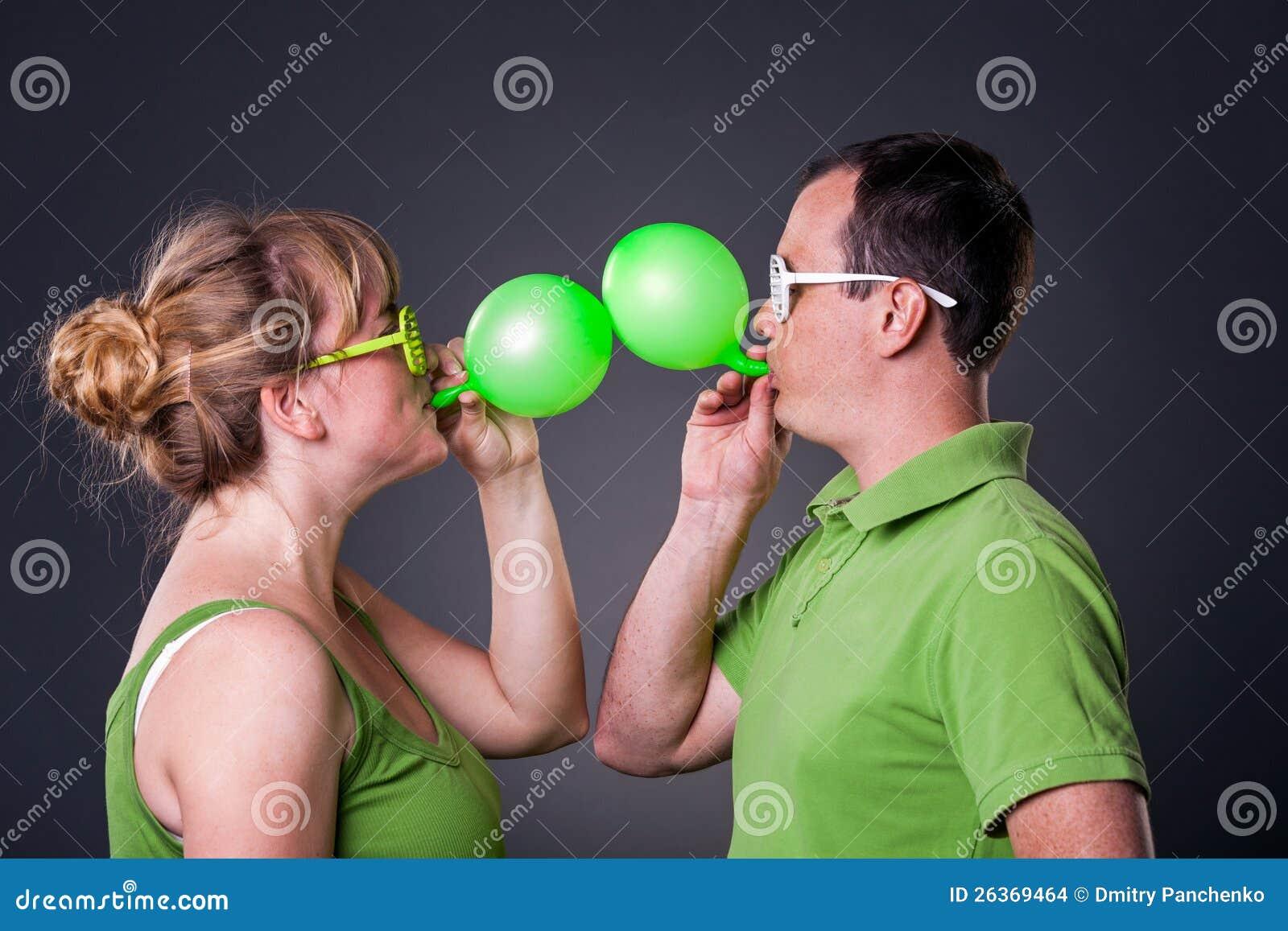 Glückliche junge Paare, die Spaß haben