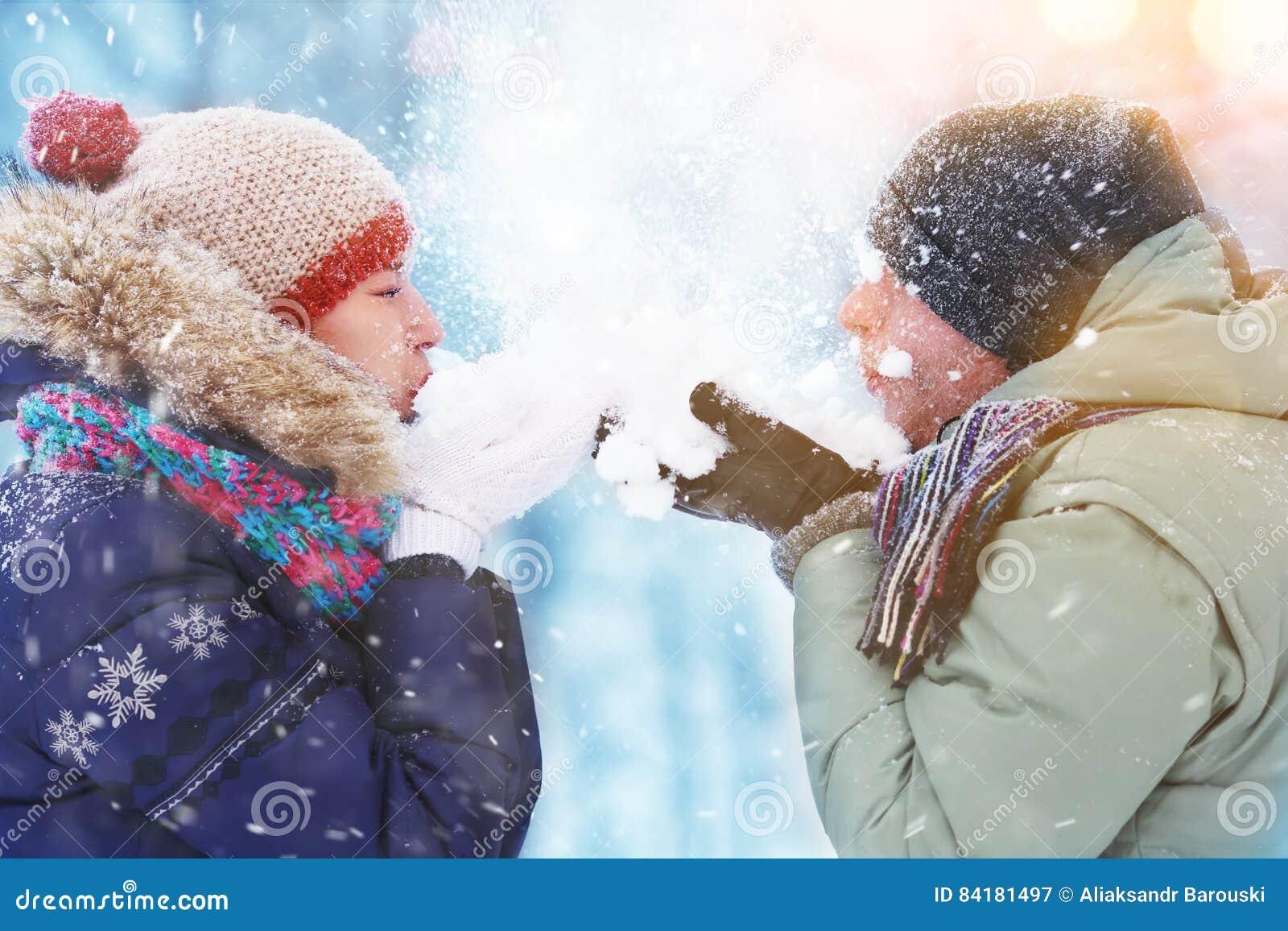 Glückliche Junge Paare Im Winter Parken Schlagschnee Spaß Lachen Und ...