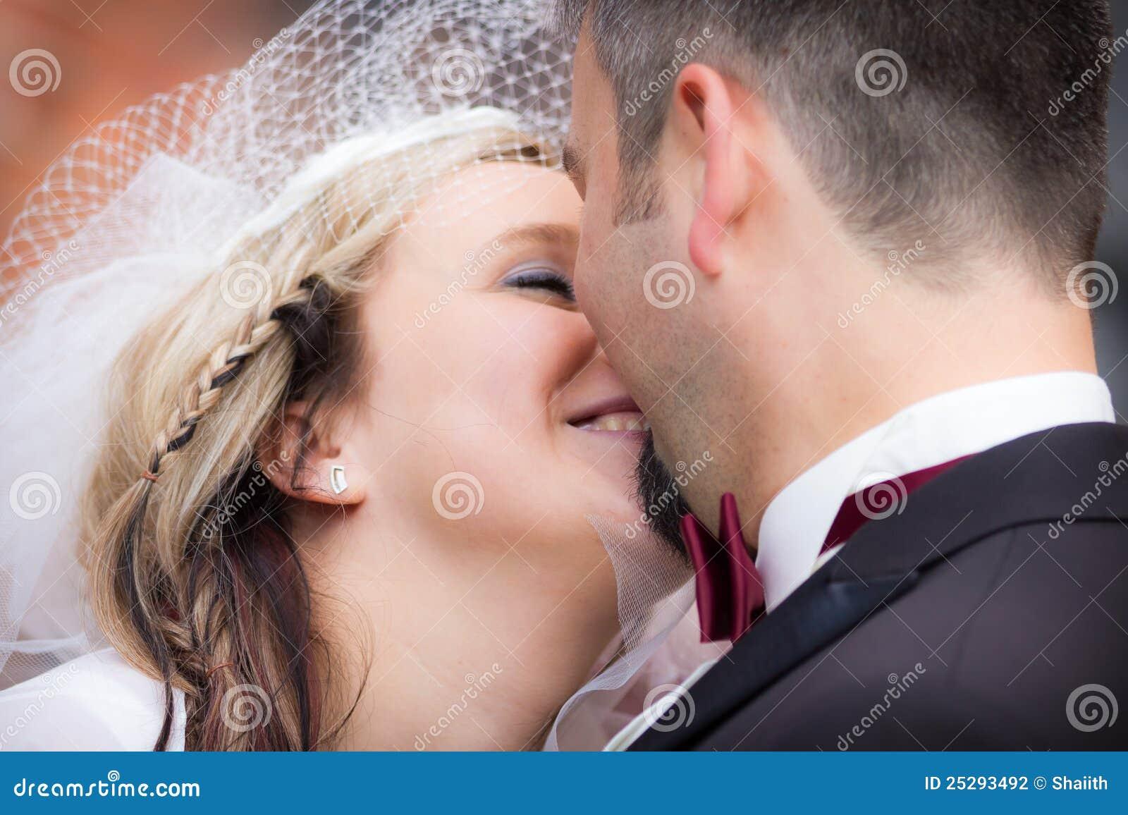 Glückliche junge Paare nach der Hochzeit