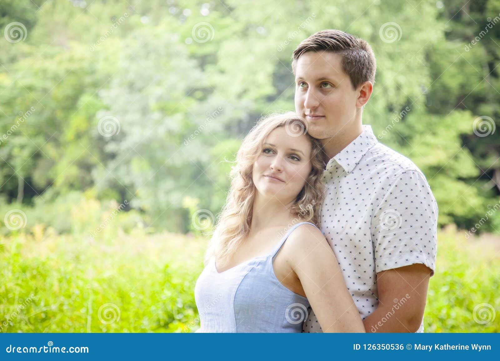 Glückliche Junge schließen Paarporträt draußen