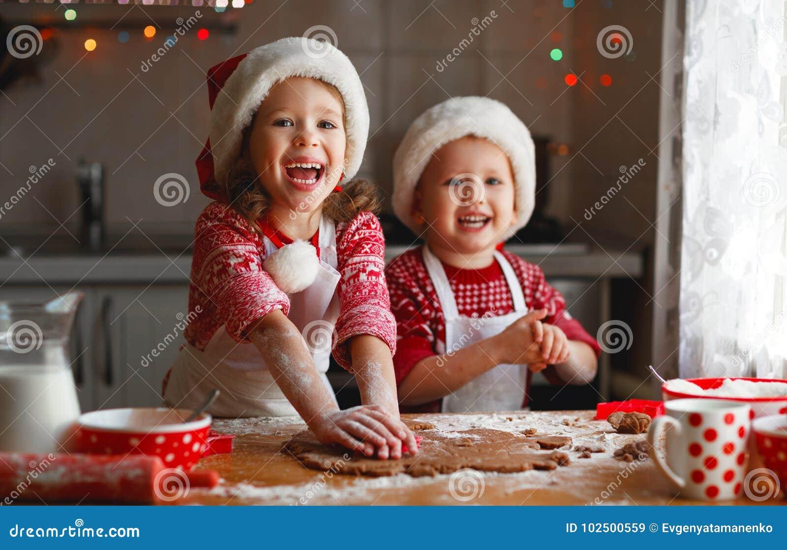 Glückliche Kinder backen Weihnachtsplätzchen