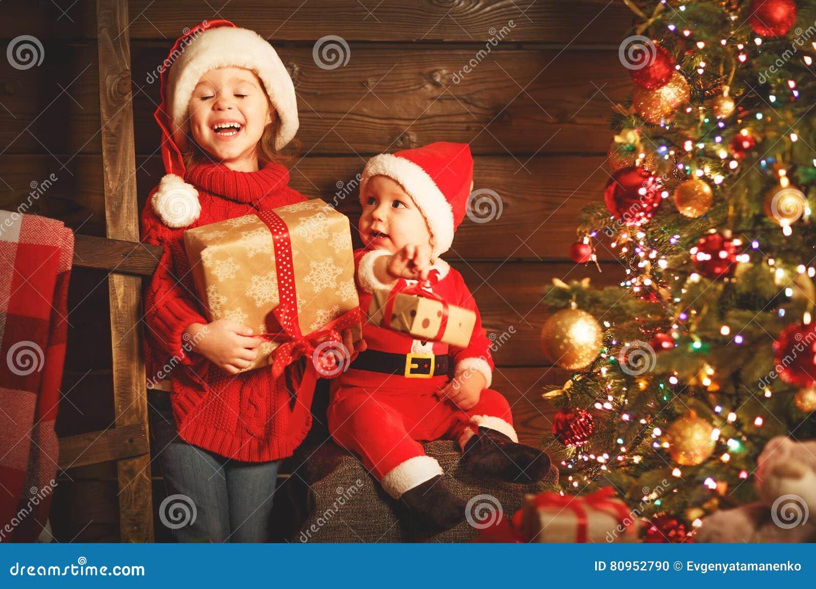 Glückliche Kinder Bruder Und Schwester Mit Weihnachtsgeschenk ...