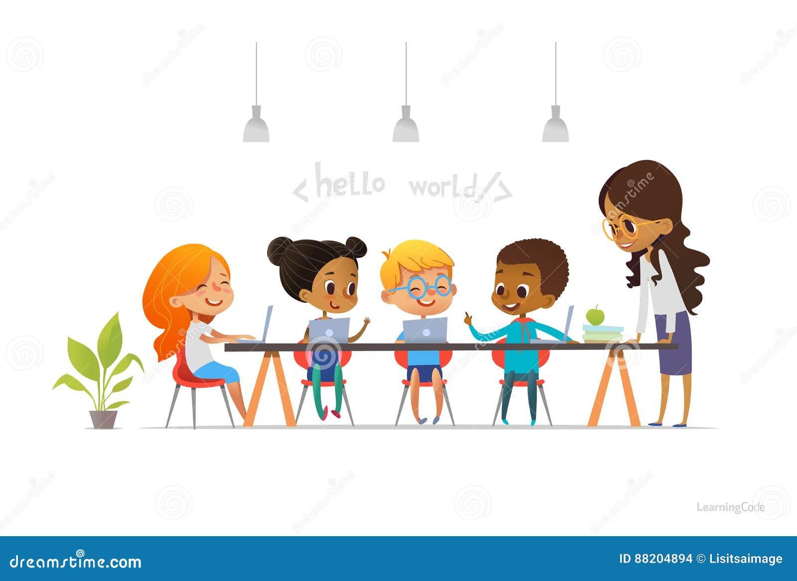 Glückliche Kinder, die an den Laptops sitzen und die Programmierung während der Schullektion, lächelnder Lehrer steht nahe ihnen