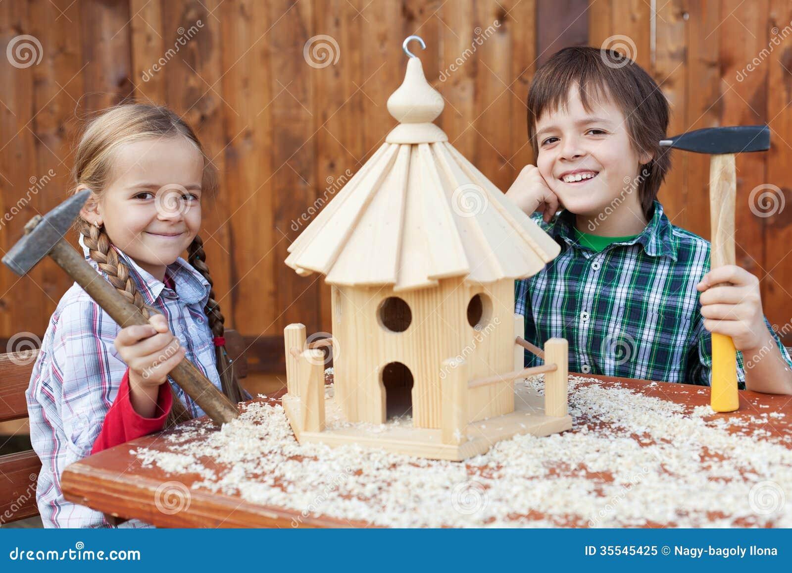 gl ckliche kinder die ein vogelhaus bauen lizenzfreies stockfoto bild 35545425. Black Bedroom Furniture Sets. Home Design Ideas