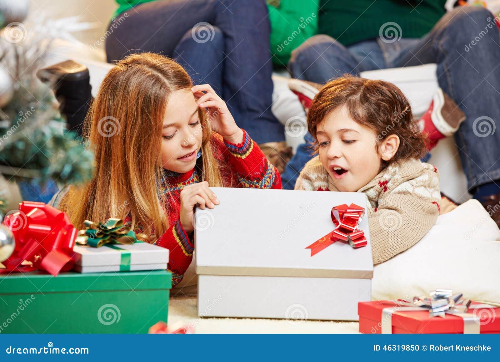 gl ckliche kinder die zusammen geschenke am weihnachten. Black Bedroom Furniture Sets. Home Design Ideas