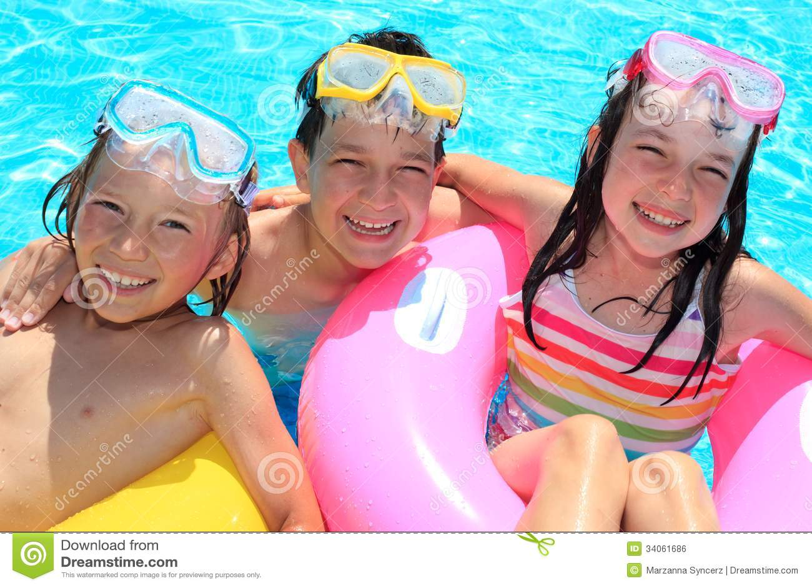 Glückliche Kinder im Swimmingpool