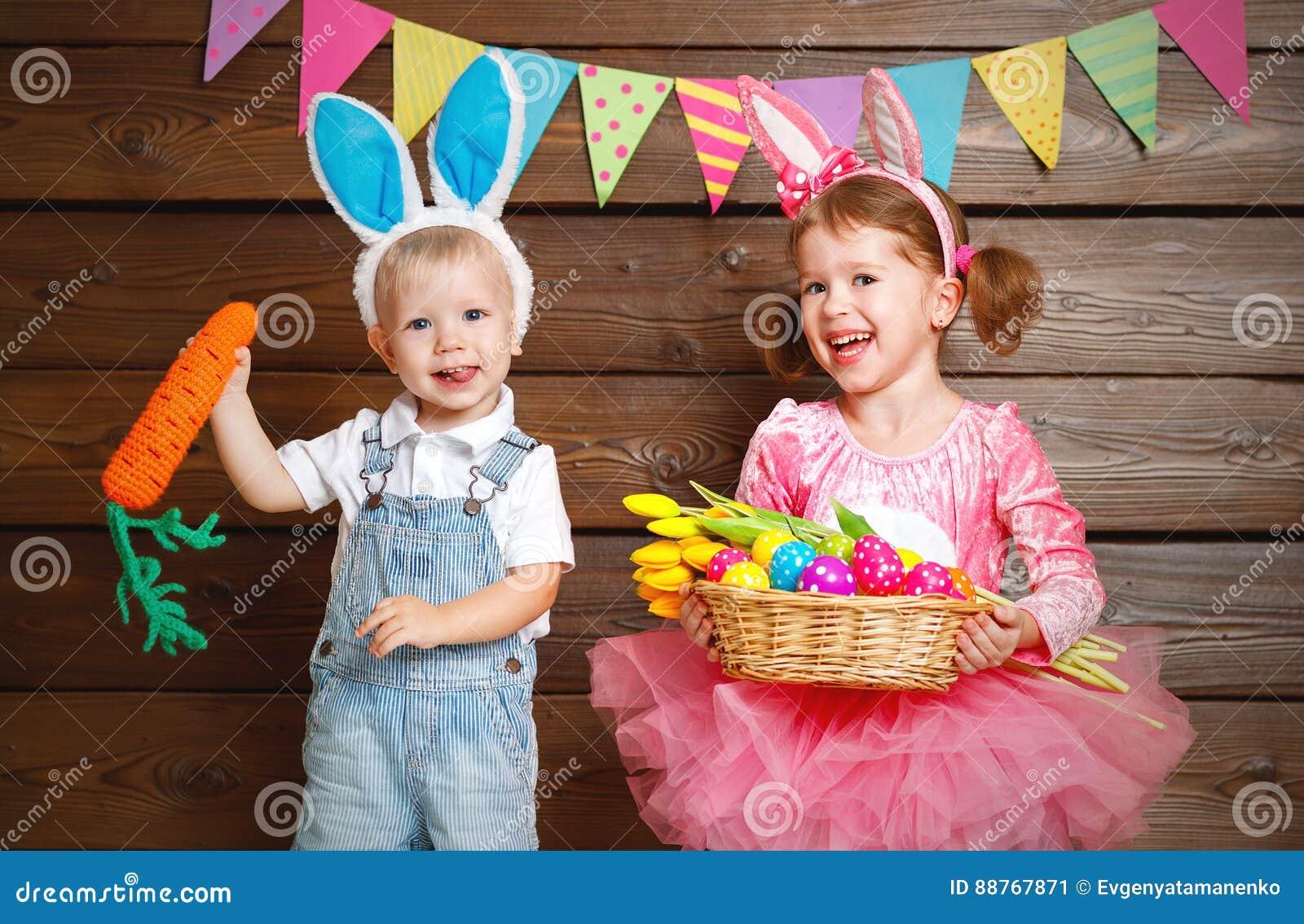 Glückliche Kinder Junge Und Mädchen Gekleidet Als Osterhasen Mit ...