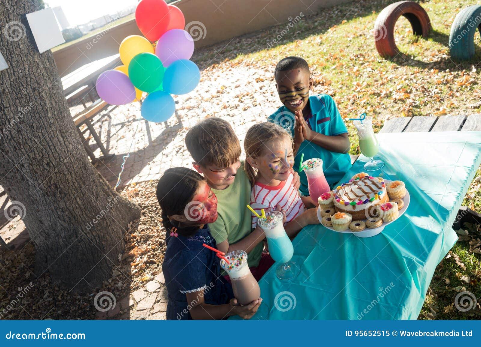 Gluckliche Kinder Mit Gesicht Malen Haben Des Lebensmittels Und Der