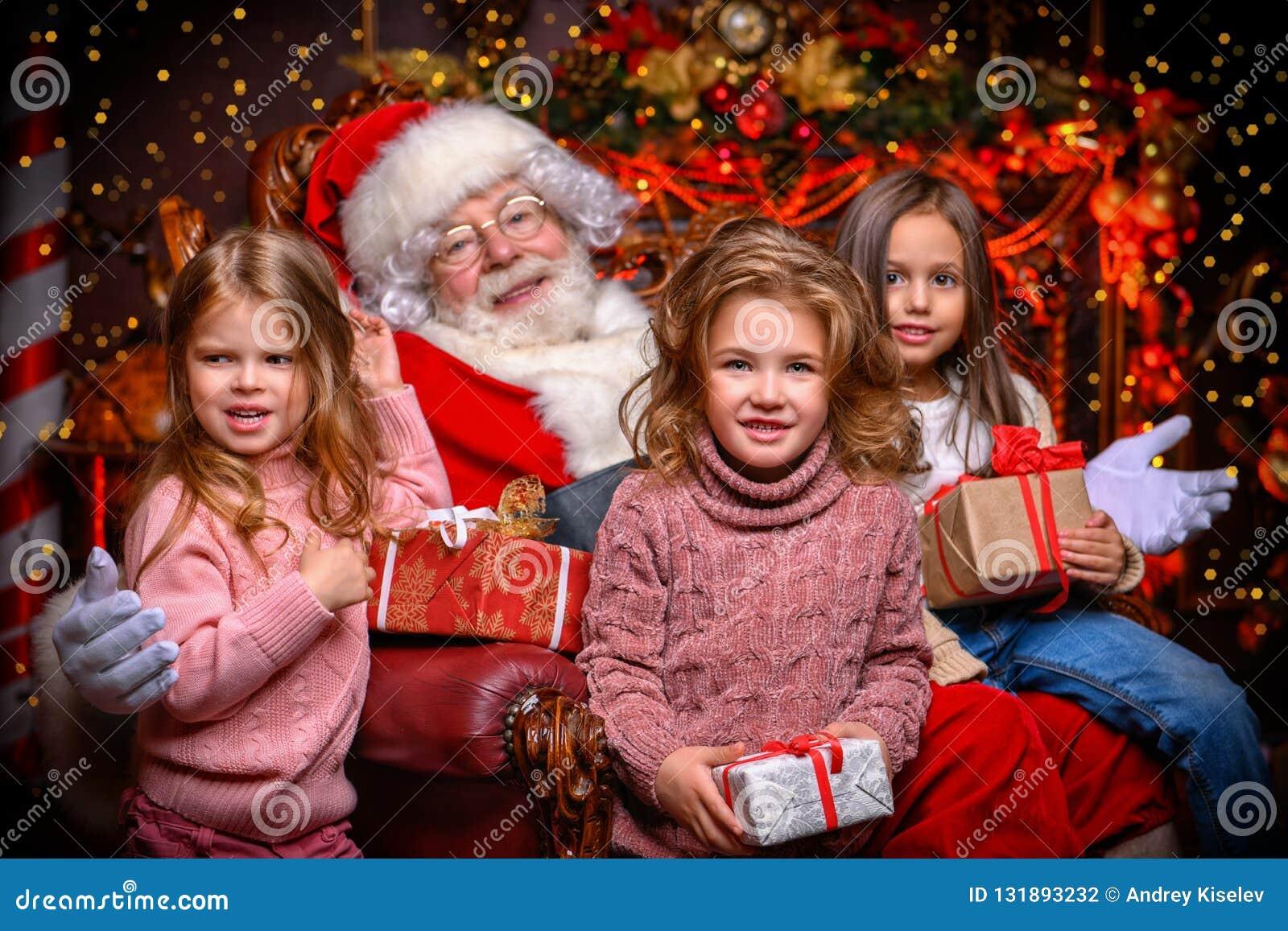 Glückliche Kinder mit Sankt