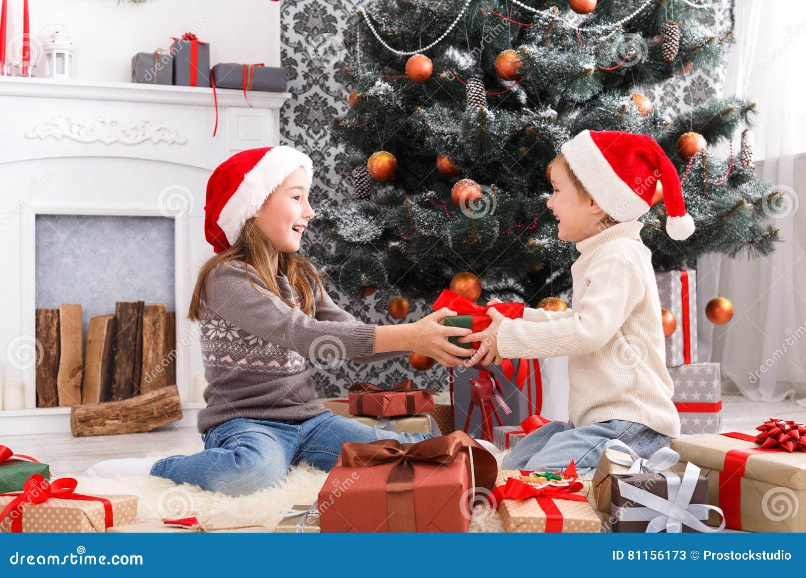 Glückliche Kinder In Sankt-Hüten, Die Weihnachtsgeschenke Auspacken ...