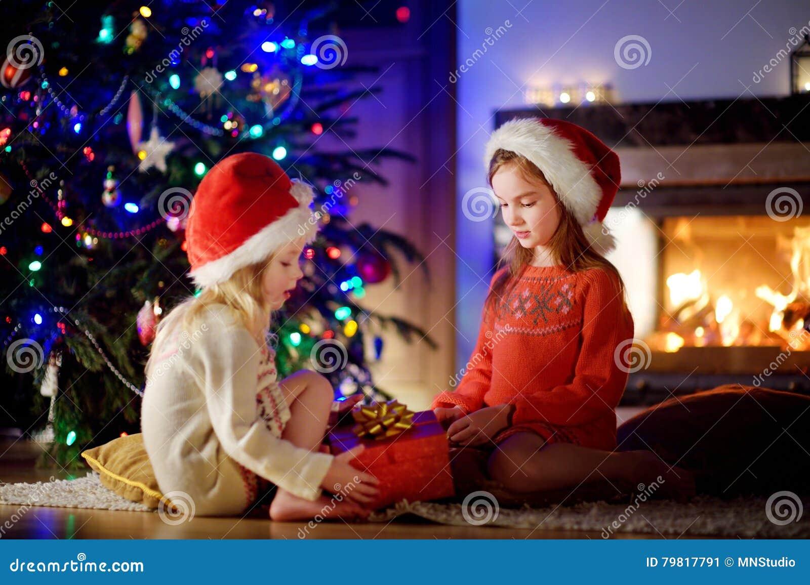 Glückliche Kleine Schwestern, Die Magisches Weihnachtsgeschenk Durch ...