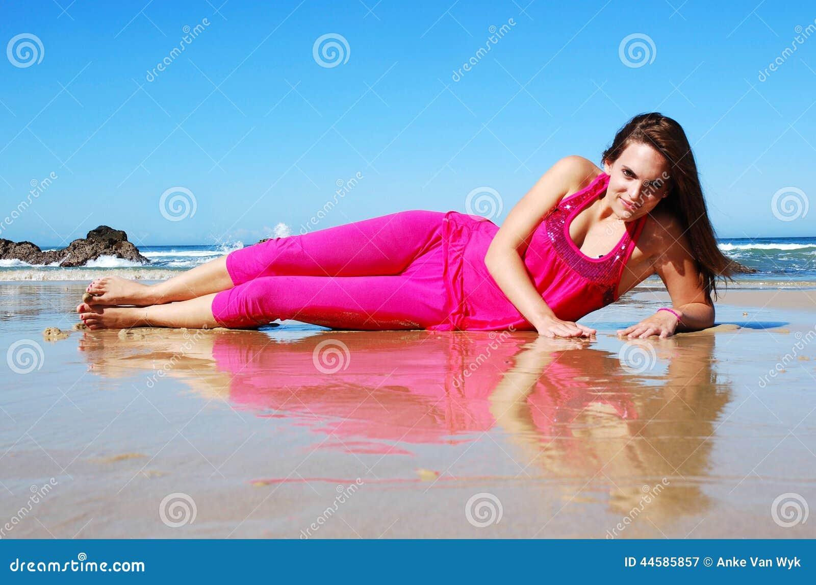 Glückliche lächelnde Frau am Strand