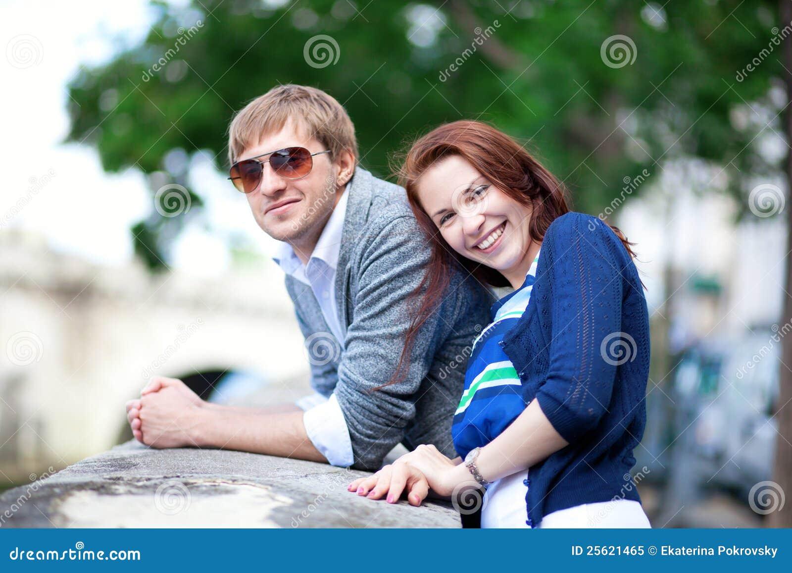 Glückliche lächelnde Paare, die Spaß draußen haben
