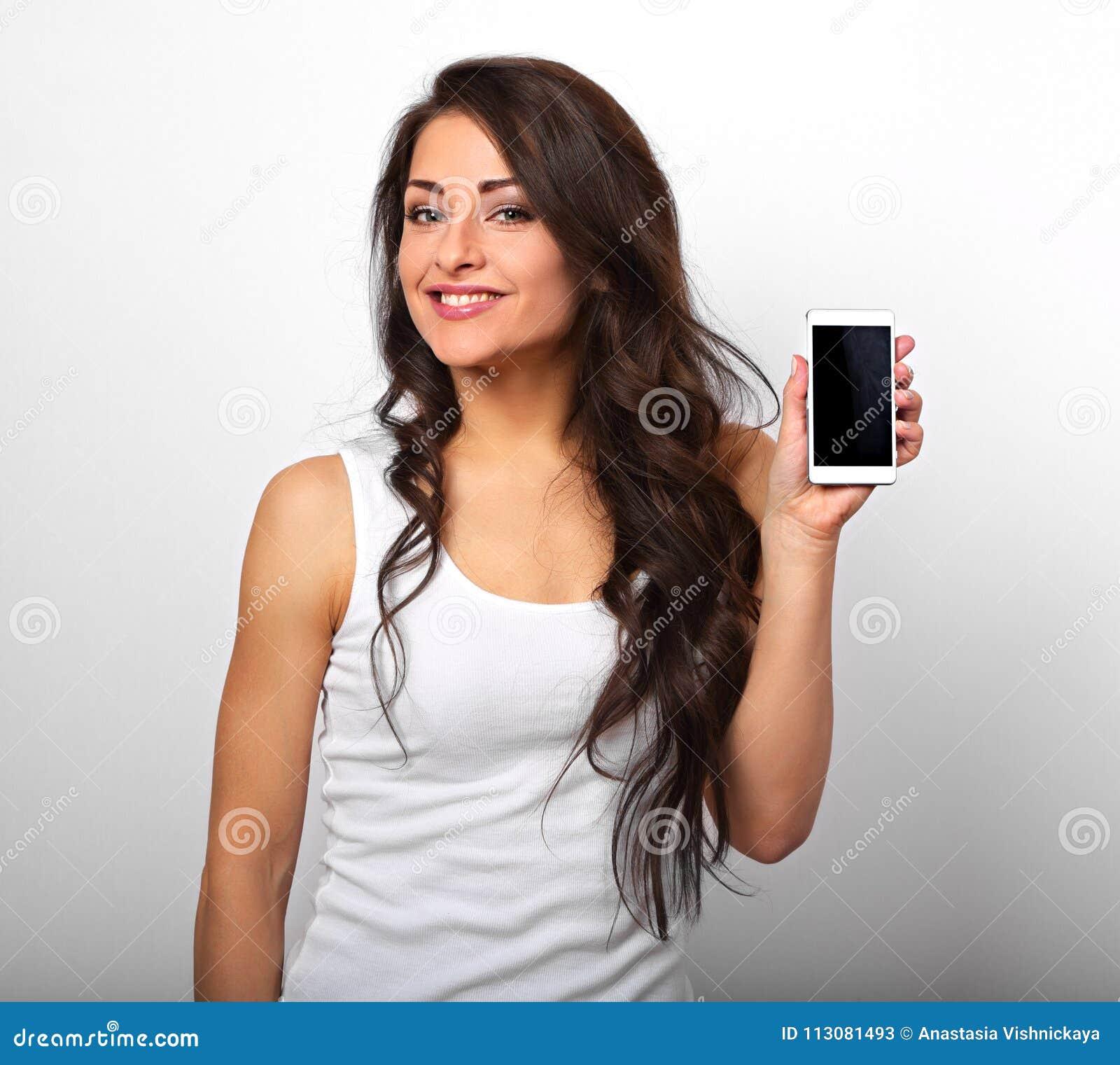 Glückliche lächelnde schöne aufgeregte Frauenholding und Werbung MO