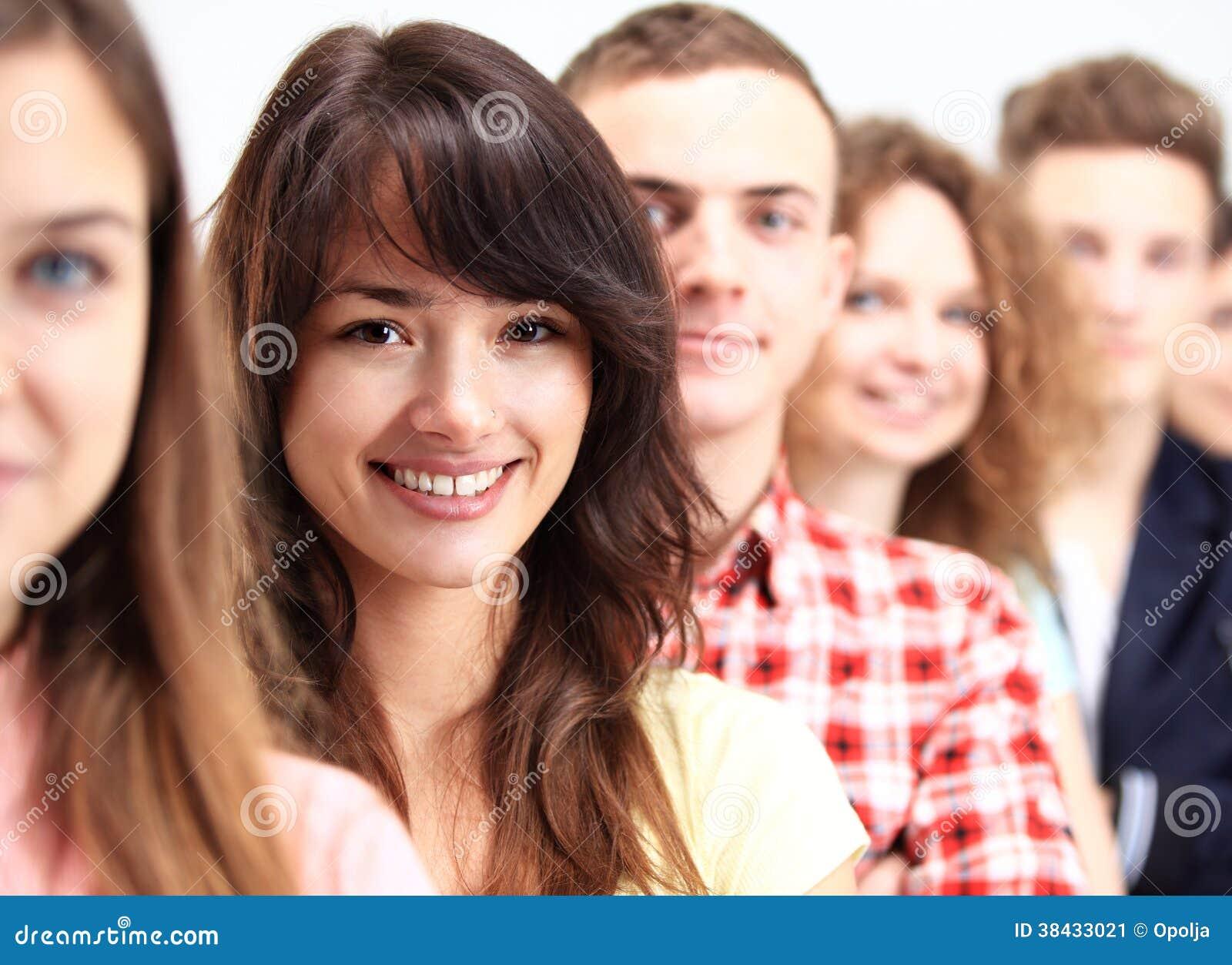 Glückliche lächelnde Studenten, die in der Reihe stehen