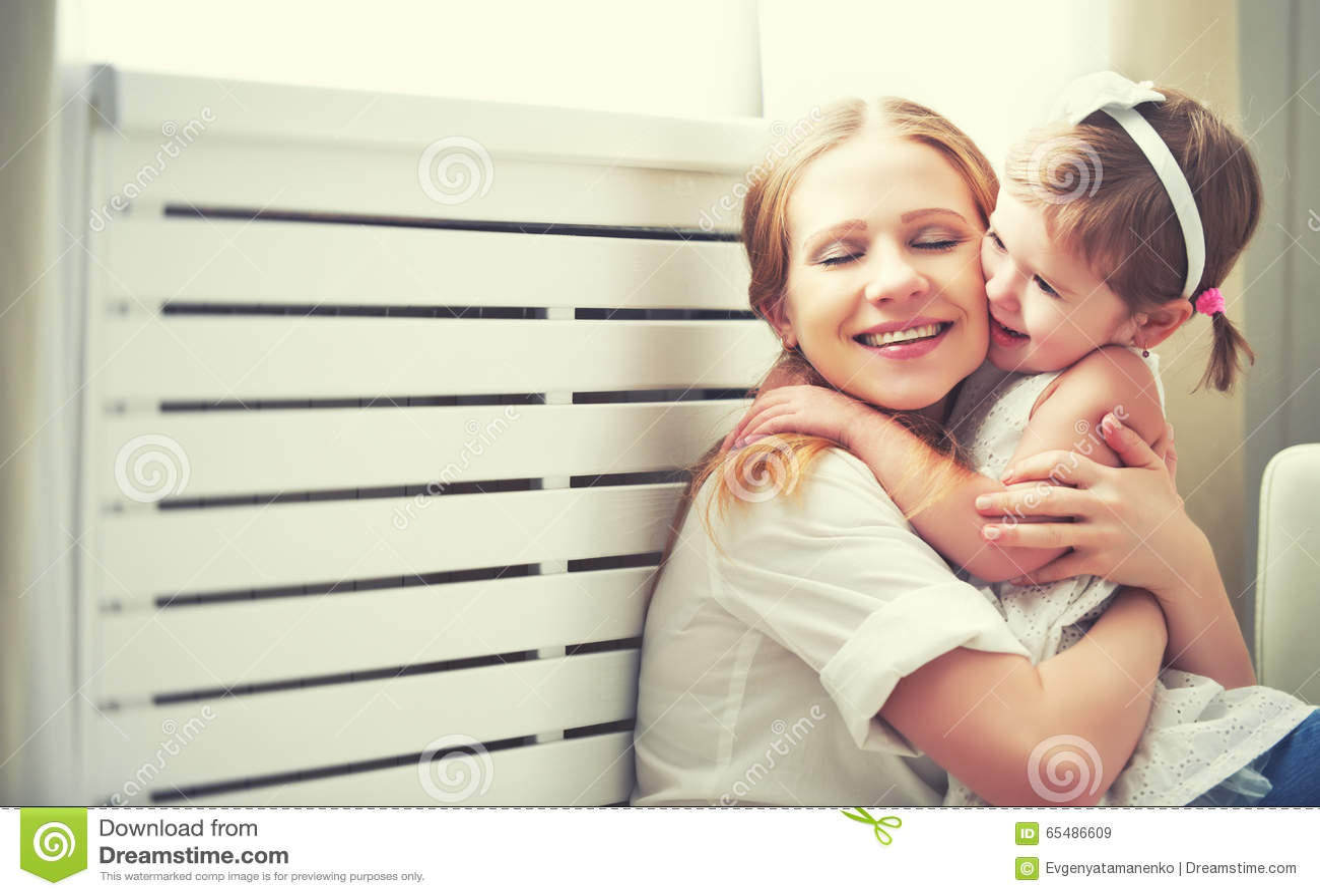 Glückliche liebevolle Familie Mutter und Kind, die spielen, küssen und hugg