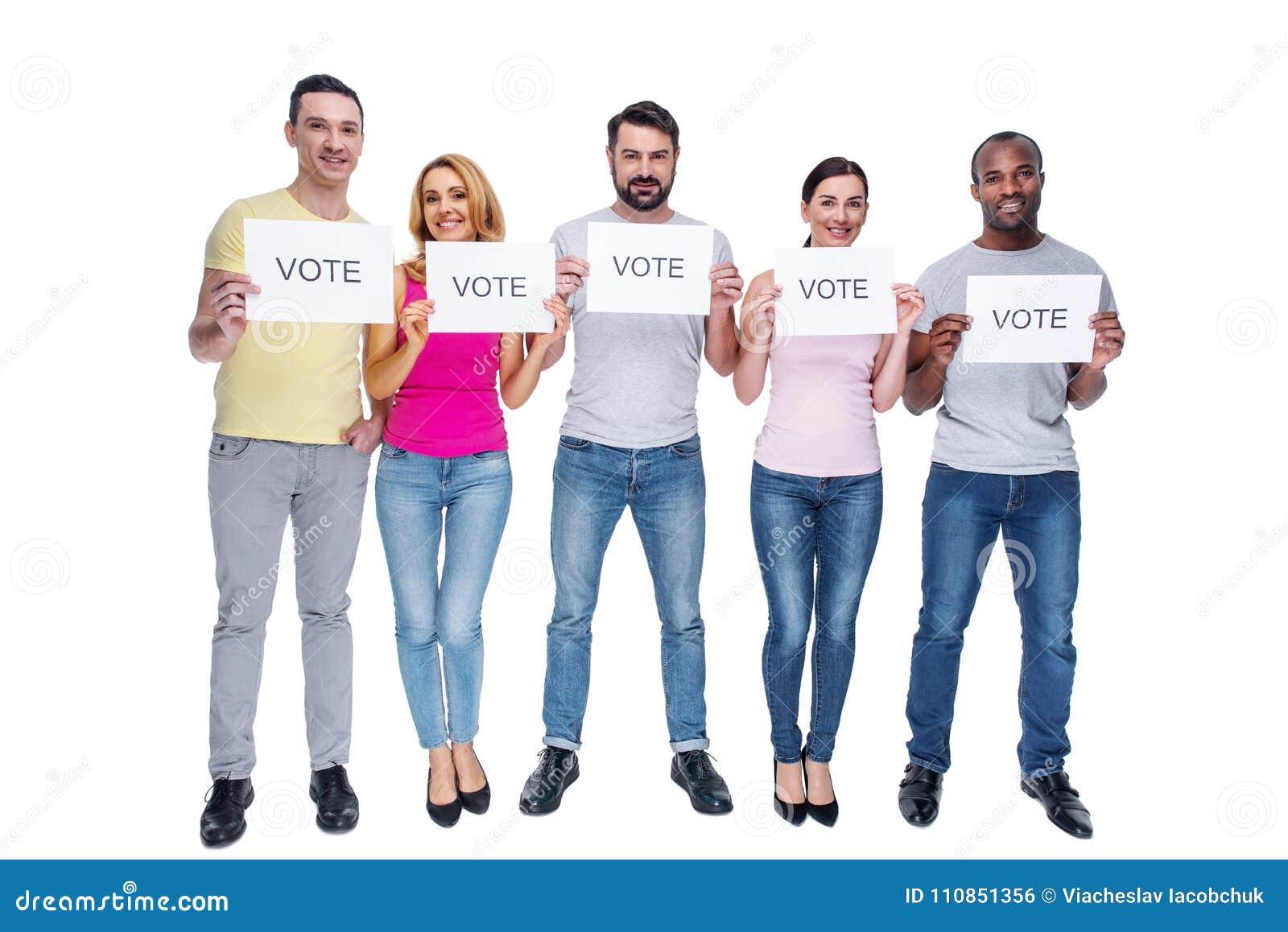 Glückliche Männer und Frauen, die bitten zu wählen