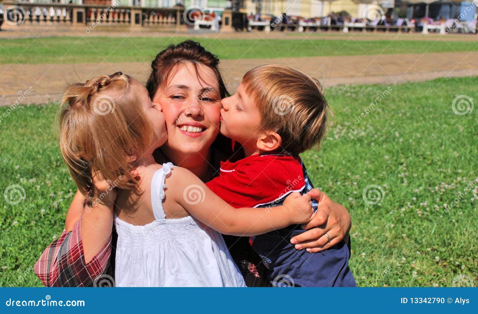 Glückliche Mamma und Kinder