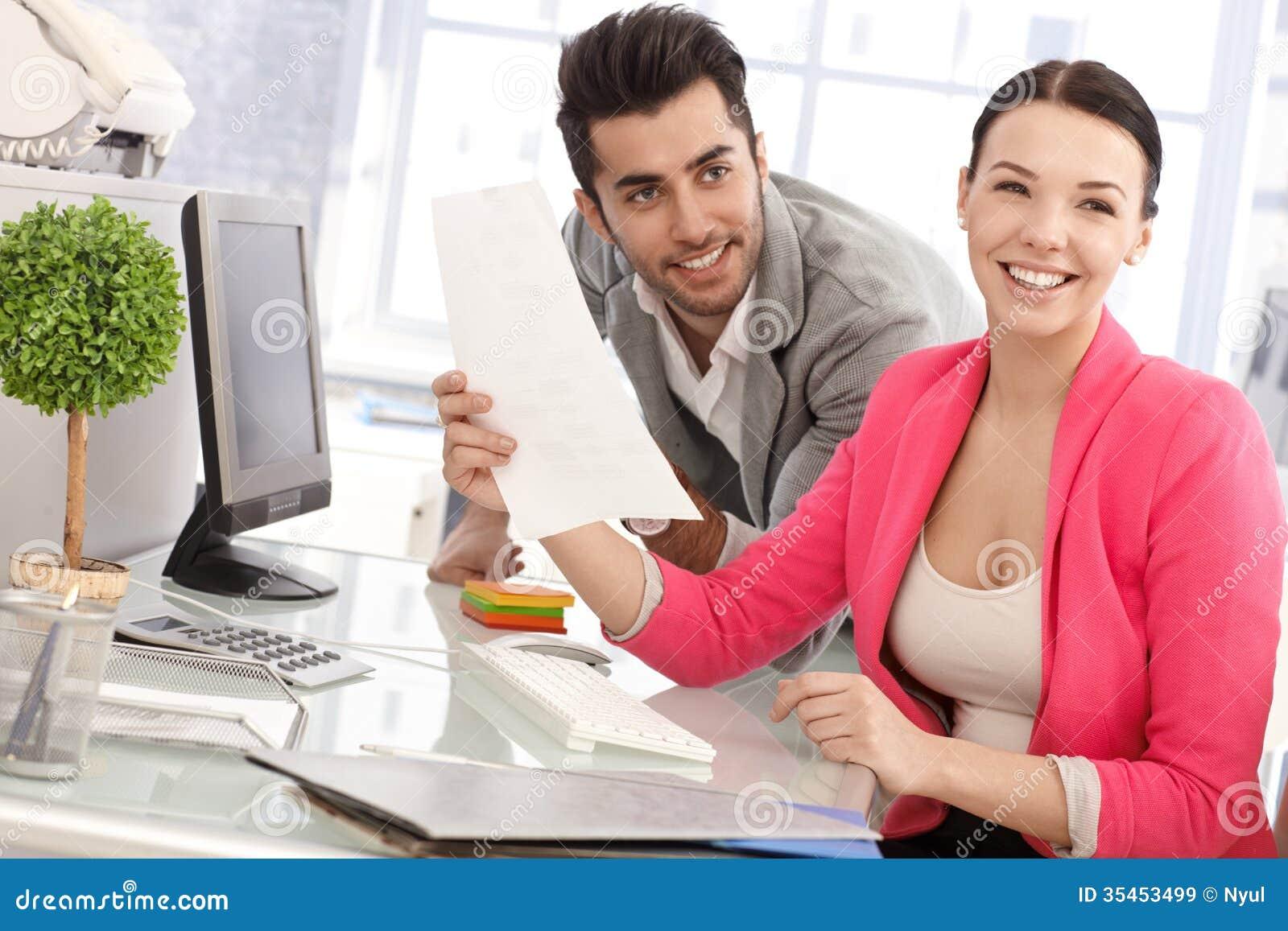 Glückliche Menschen im Büro