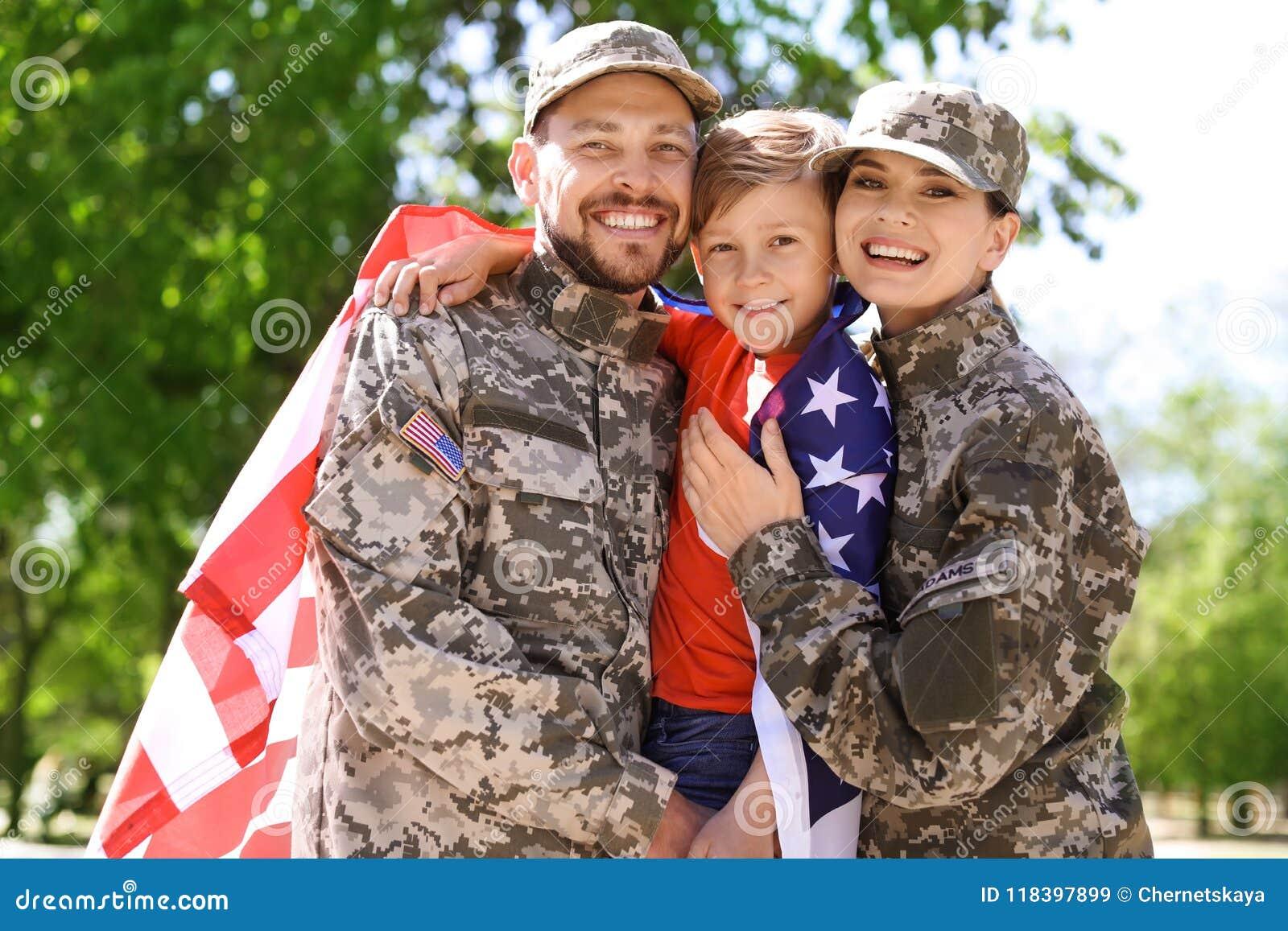 Glückliche Militärfamilie mit ihrem Sohn, draußen
