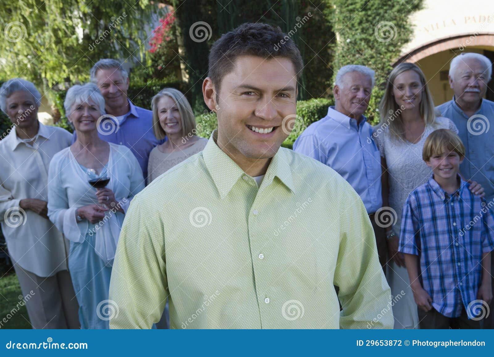 Glückliche Mitte gealterter Mann mit Familie
