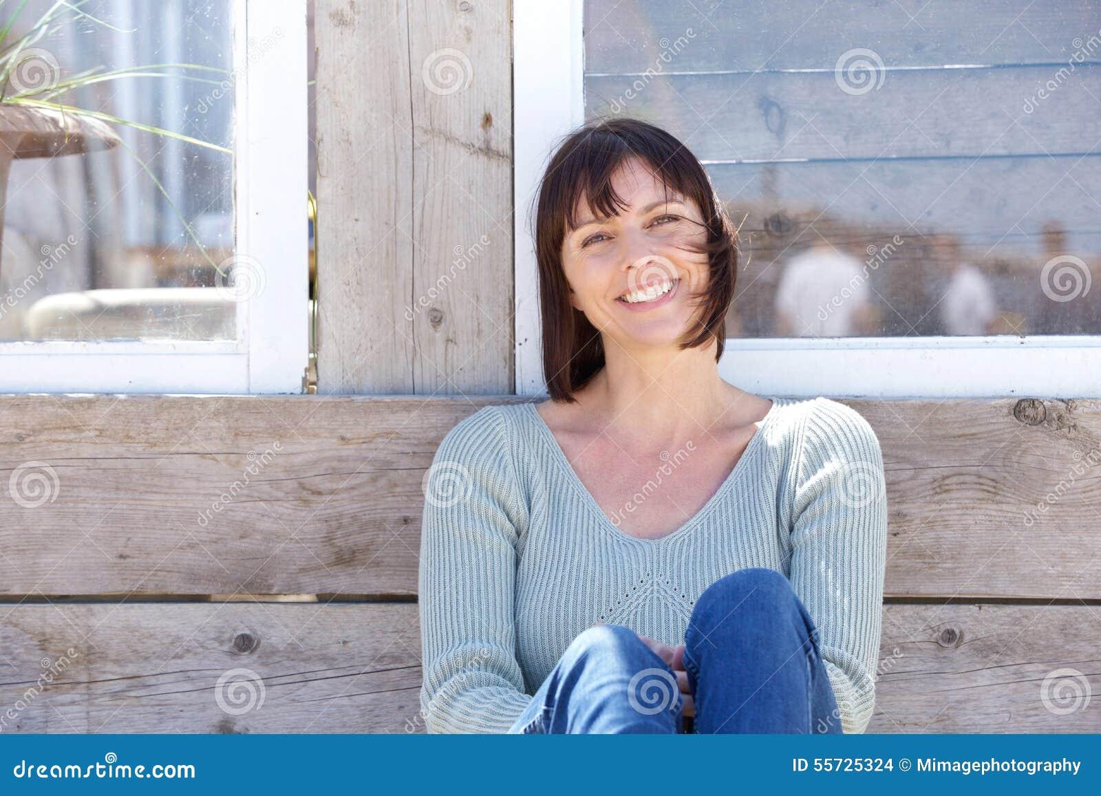 Glückliche mittlere Greisin, die draußen lächelt