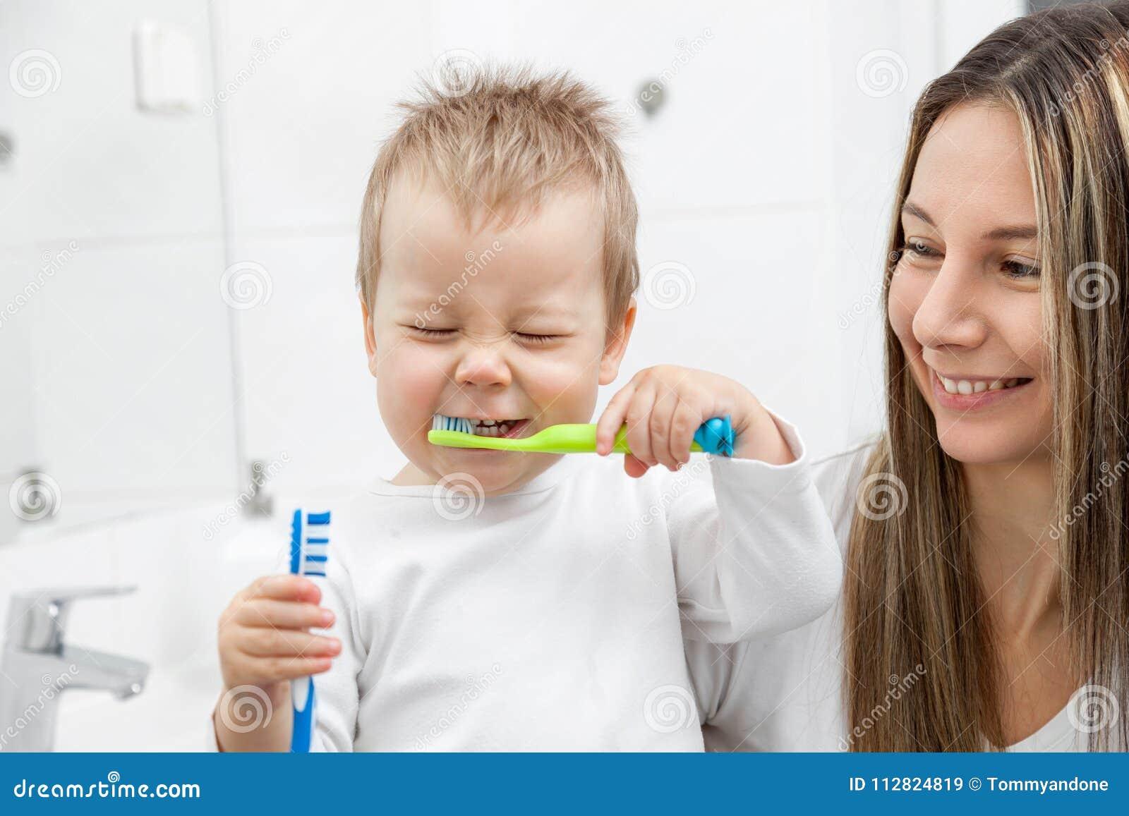 Glückliche Mutter, Die Ihrem Sohn Beibringt, Wie Man Zähne Mit ...