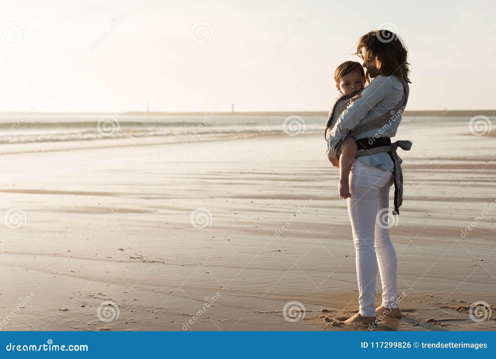 Glückliche Mutter und Schätzchen