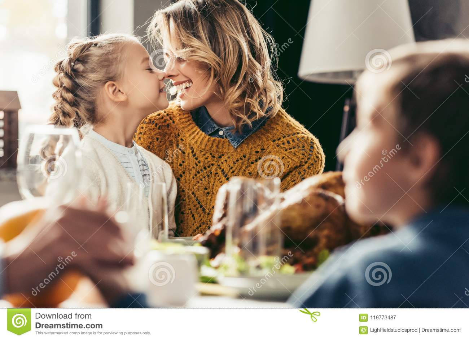 Glückliche Mutter und Tochter, die an der Danksagung streichelt
