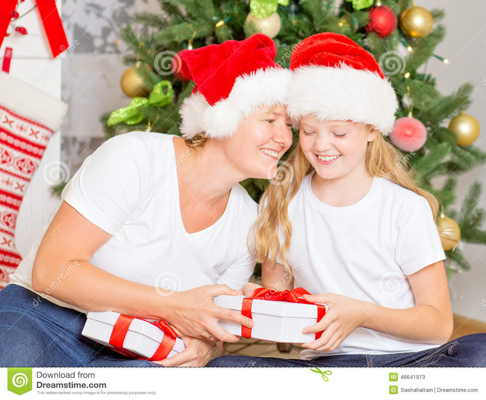 Glückliche Mutter Und Tochter Mit Weihnachtsgeschenken Stockbild ...
