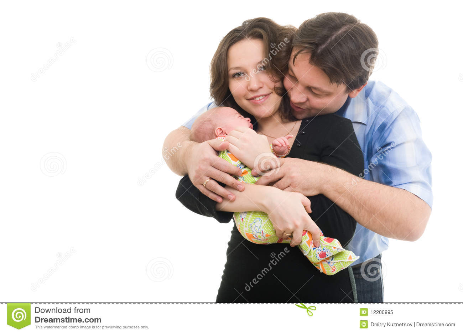 Glückliche Mutter und Vater, die ein Baby anhält