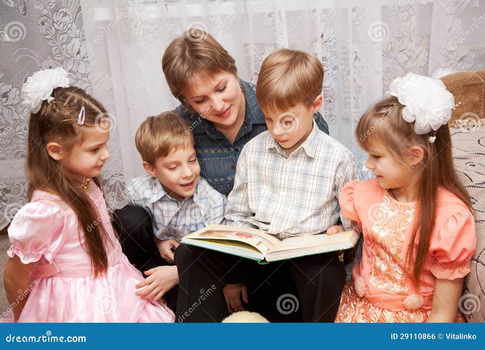 Für Kids Mütter Und Die Großen: Glückliche Mutter Und Vier Kinder, Die Ein Buch Lesen