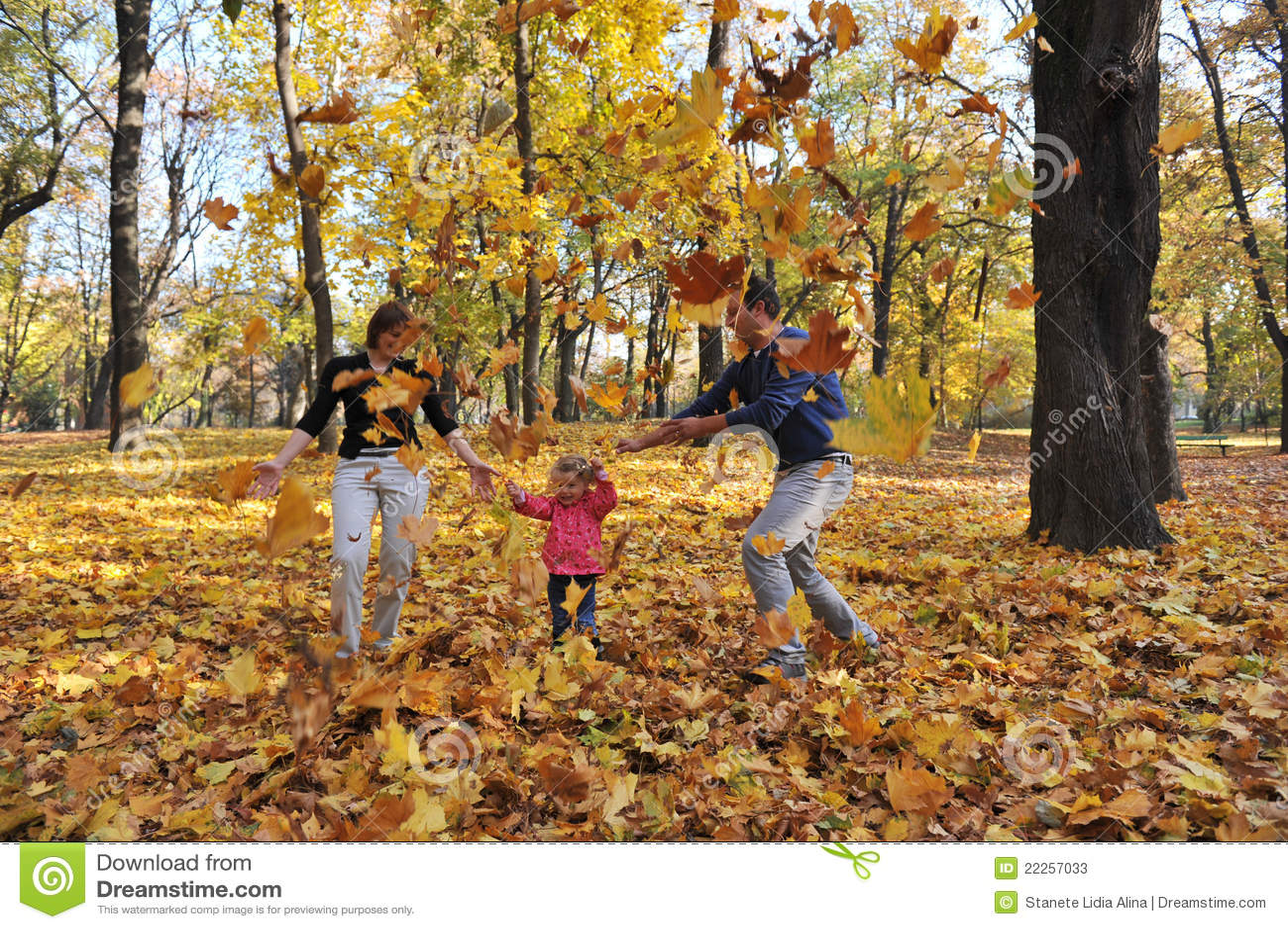 Glückliche Muttergesellschaft und kleines Mädchen