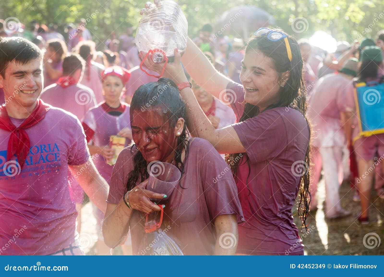 Glückliche nasse Leute während Batalla Del Vino im Haro
