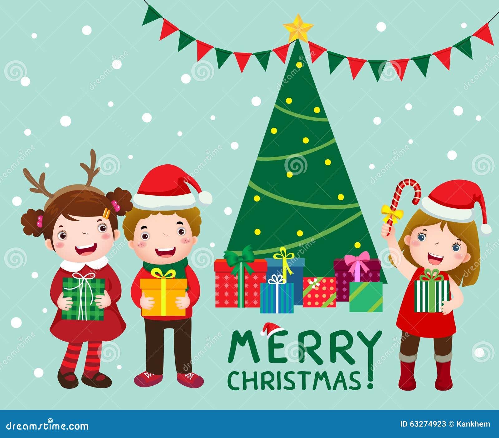 Glückliche nette Kinder mit Geschenkboxen nähern sich Weihnachtsbaum