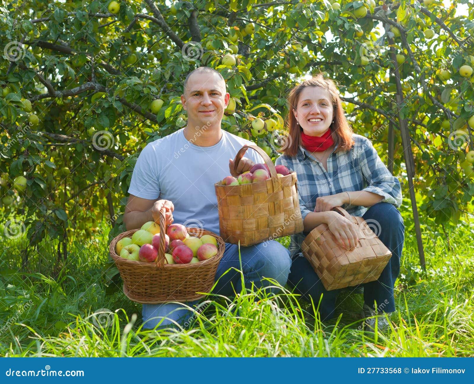 Glückliche Paare im Garten