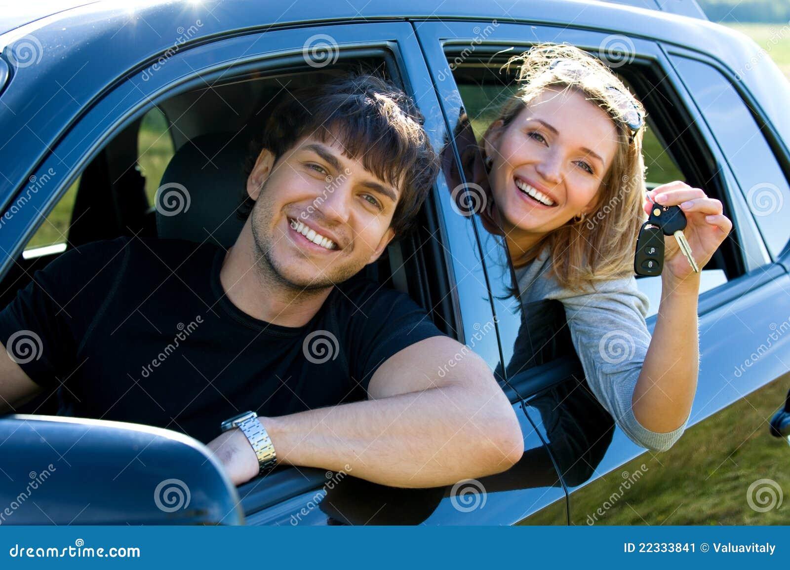 Glückliche Paare im neuen Auto