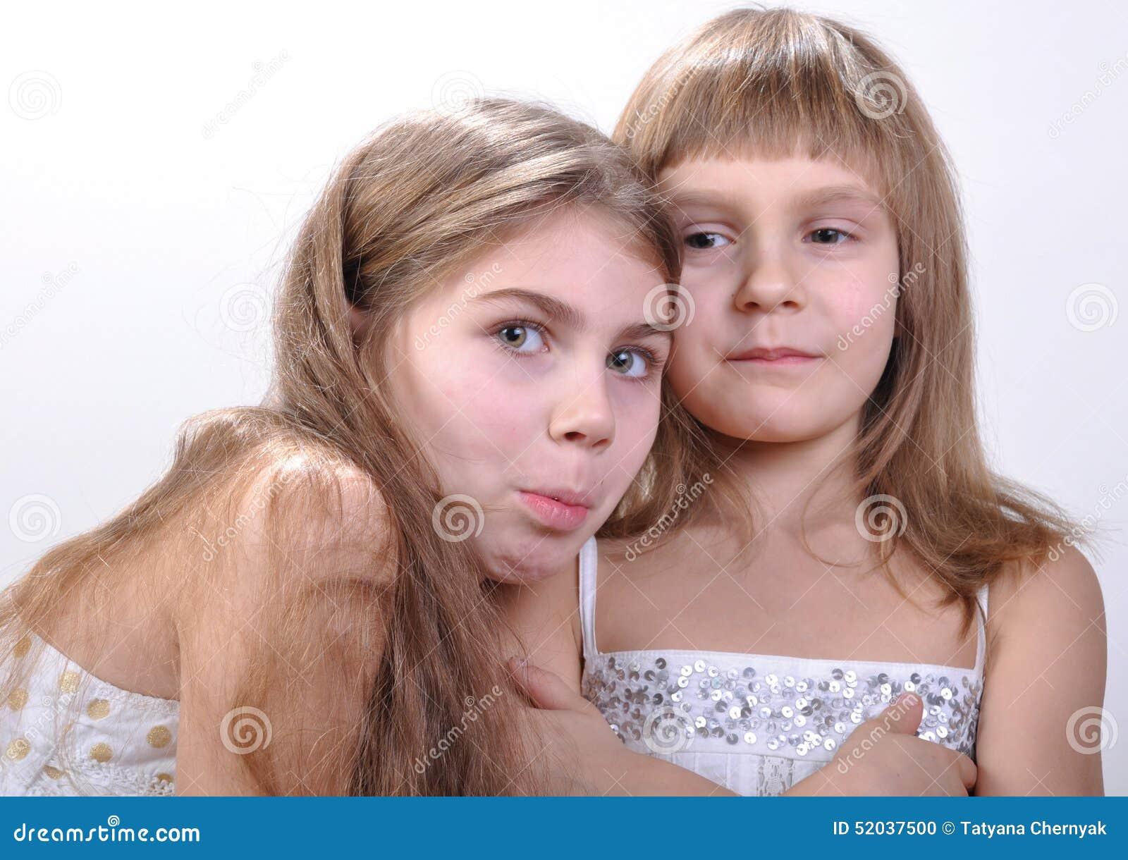Glückliche reizende Freundinnen