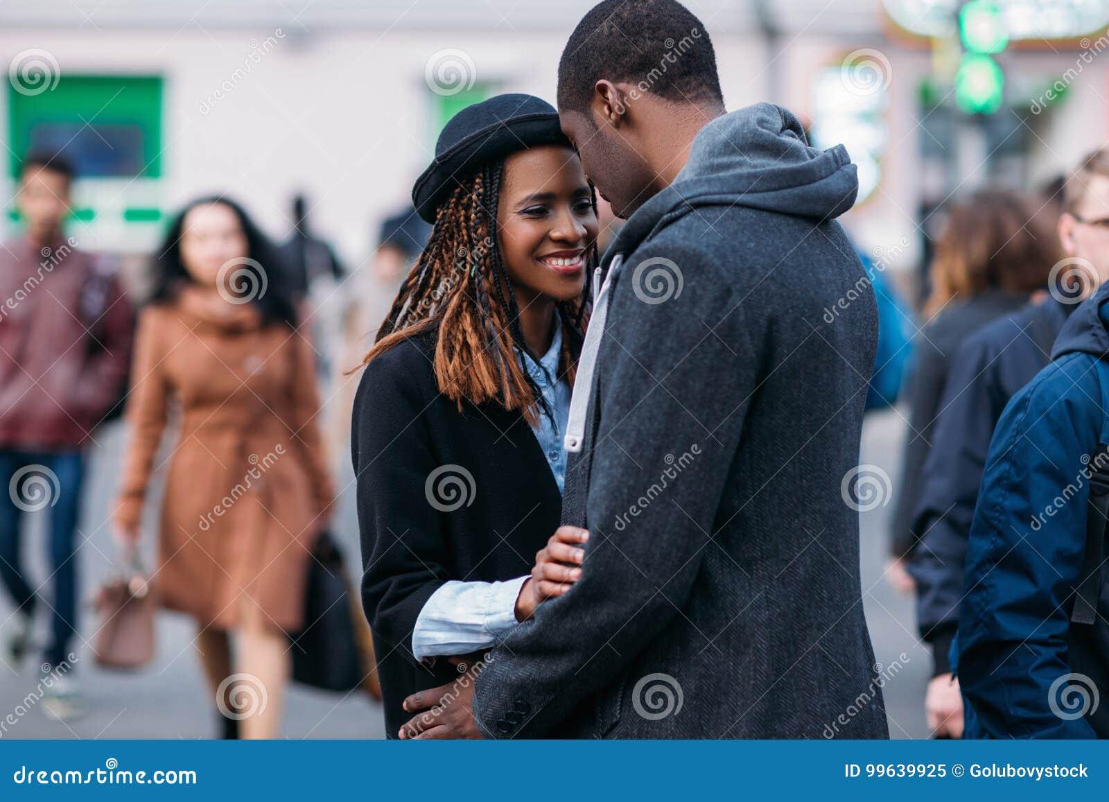 Glückliche romantische Paare Froher Afroamerikaner