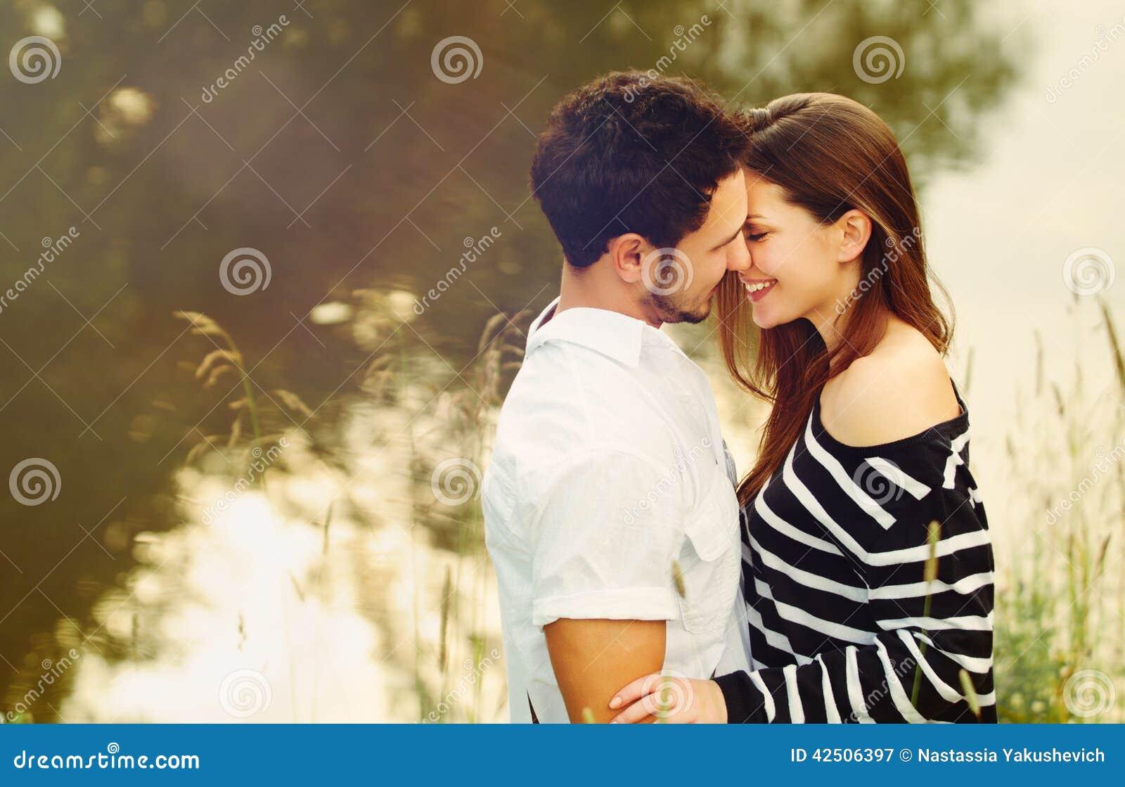 Glückliche romantische sinnliche Paare in der Liebe zusammen auf Sommer vacatio