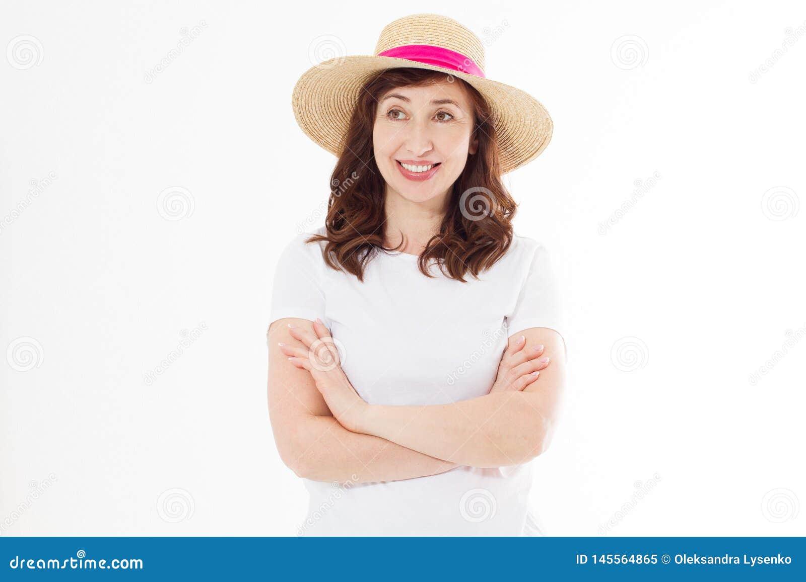 Glückliche schöne Mittelalterfrau im Sommerhut lokalisiert auf weißem Hintergrund Sommerzeitkopf und Hautpflegeschutz gegenüberst