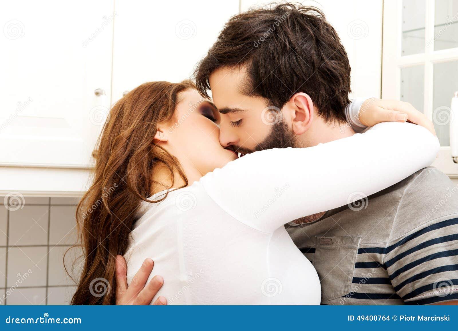 Download Glückliche Schöne Paare, Die In Der Küche Küssen Stockfoto - Bild von verbunden, froh: 49400764