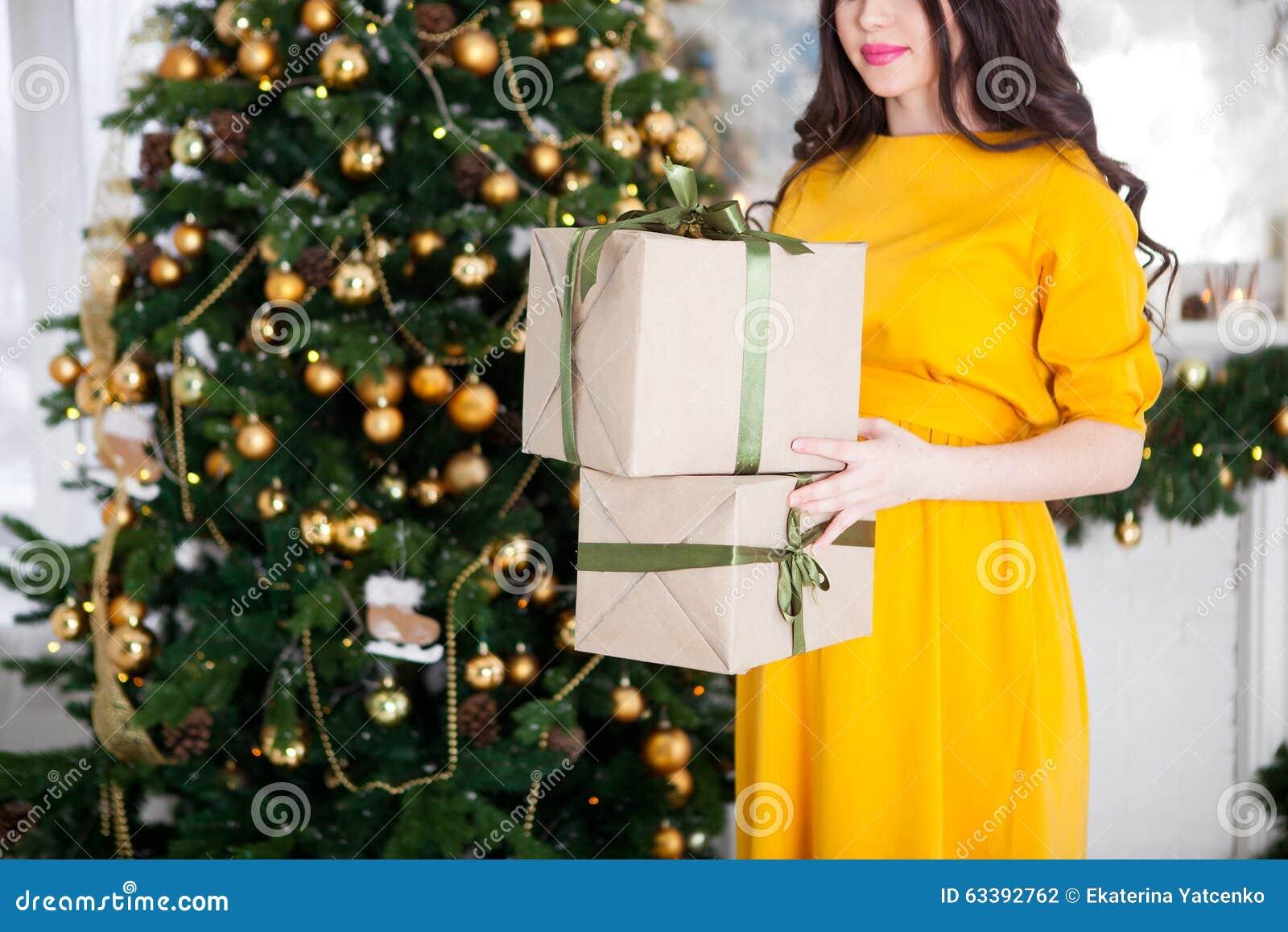 Glückliche Schöne Schwangere Frau, Die Geschenke Nahe Einem ...