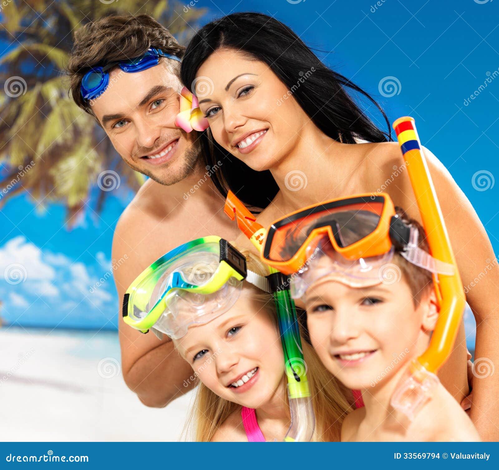 Glückliche Spaßfamilie mit zwei Kindern am tropischen Strand