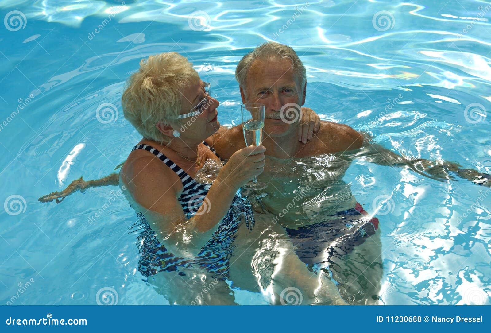 Glückliche Stunde im Pool