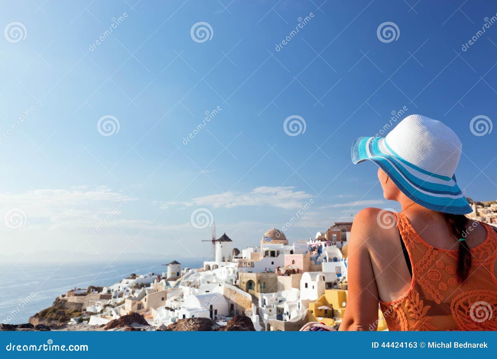 Glückliche touristische Frau auf Santorini-Insel, Griechenland Reise