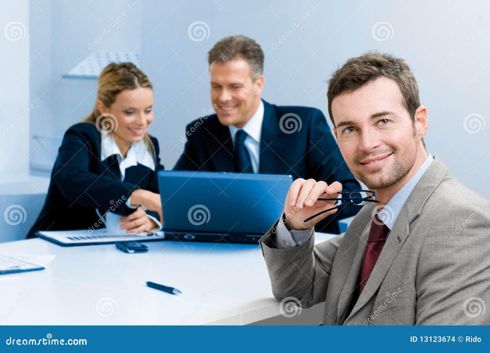 Glücklicher erfüllter Geschäftsmann mit Kollegen
