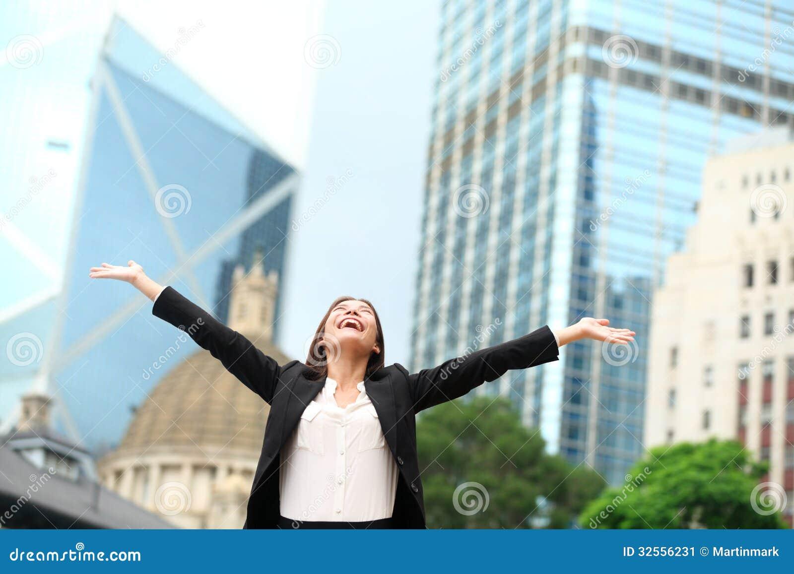 Glücklicher Erfolg der Geschäftsfrau im Freien in Hong Kong