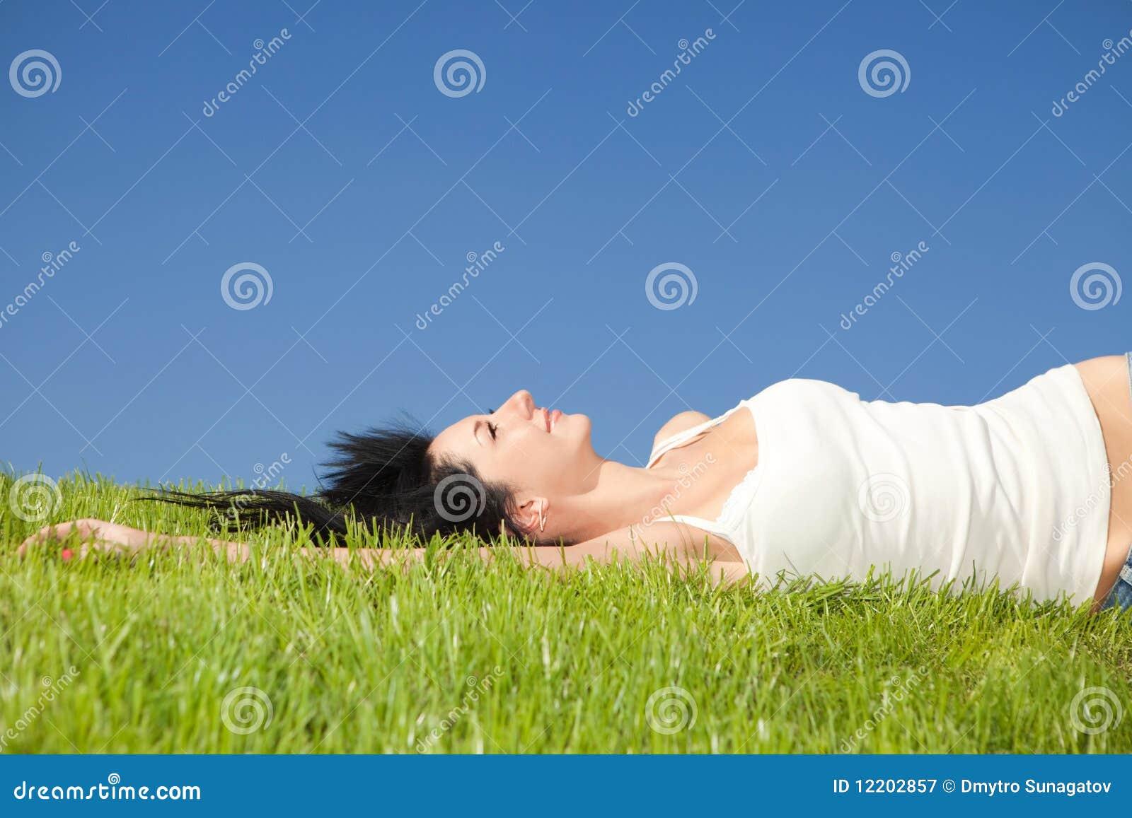 Glücklicher Frauenrest auf dem grünen Gras